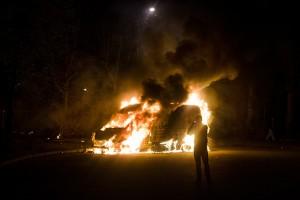 HUSBY 20130520 Oroligheter i Husby då ett 100-tal ungdomar kastade sten mot polis och satte eld på sju bilar under natten mot tisdag, 20 maj 2013. Foto: Alexander Mahmoud